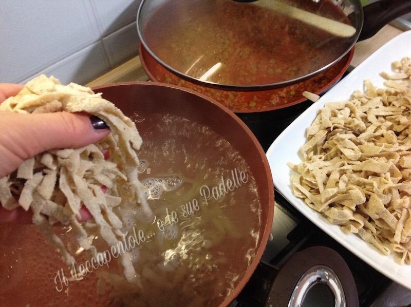 tagliatelle con funghi porcini con ragù di carne e piselli img 2483