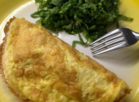 Mezzaluna di omelette con prosciutto e sottilette
