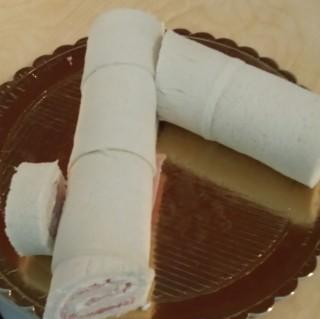Arrotolate le fette, formando un cilindro e tagliatene due pezzetti da mettere ai lati