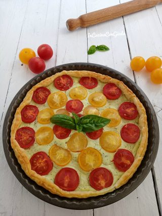Torta salata con pomodorini gialli e rossi