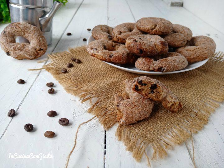 Ciambelline al caffè e gocce di cioccolato