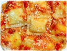 Ravioli fatti in casa al sugo di pomodoro e parmigiano