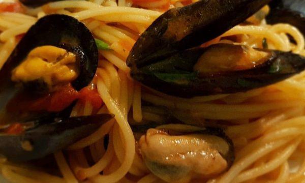 Spaghetti con il sugo delle cozze
