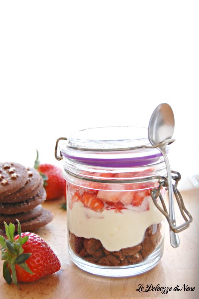 coppa con fragole, crema mascarpone e pan di stelle