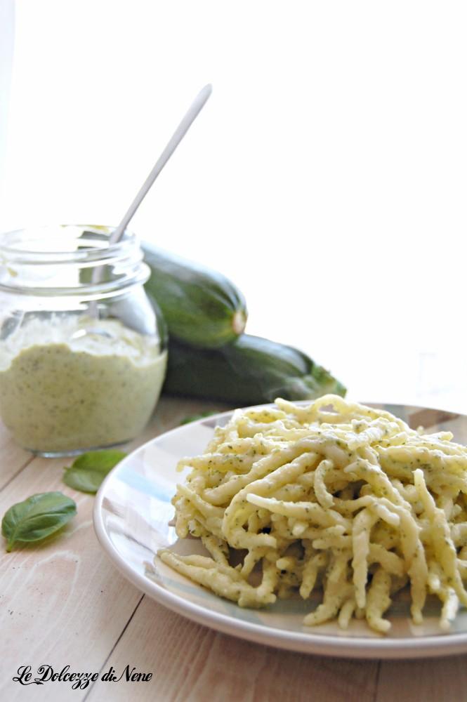pasta con crema di ricotta e zucchine