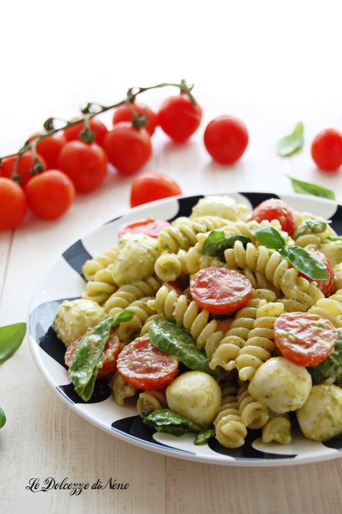 insalata di pasta fredda con pesto e caprese