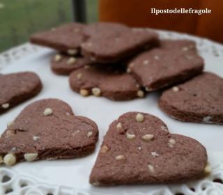 cuori al cacao e gocce di cioccolato bianco