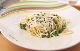 spaghetti con piselli freschi