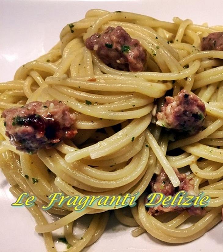 Spaghetti con salsiccia e pesto