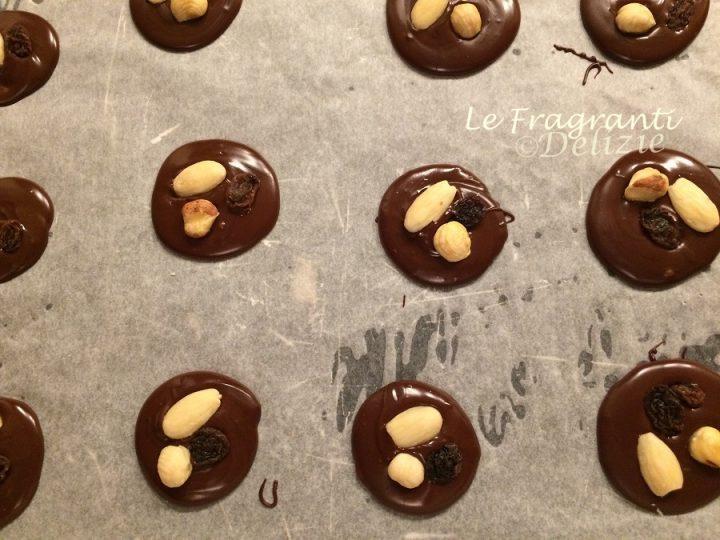 mendiant, dischetti al cioccolato fondente