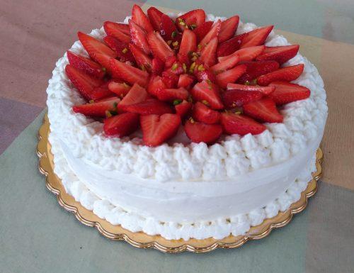 Torta di compleanno alla crema e fragole