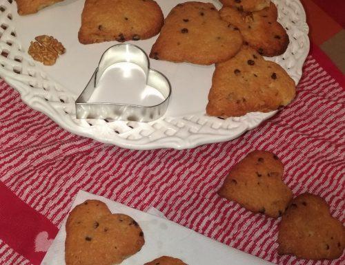 Cookies-cuori con gocce di cioccolato e noci