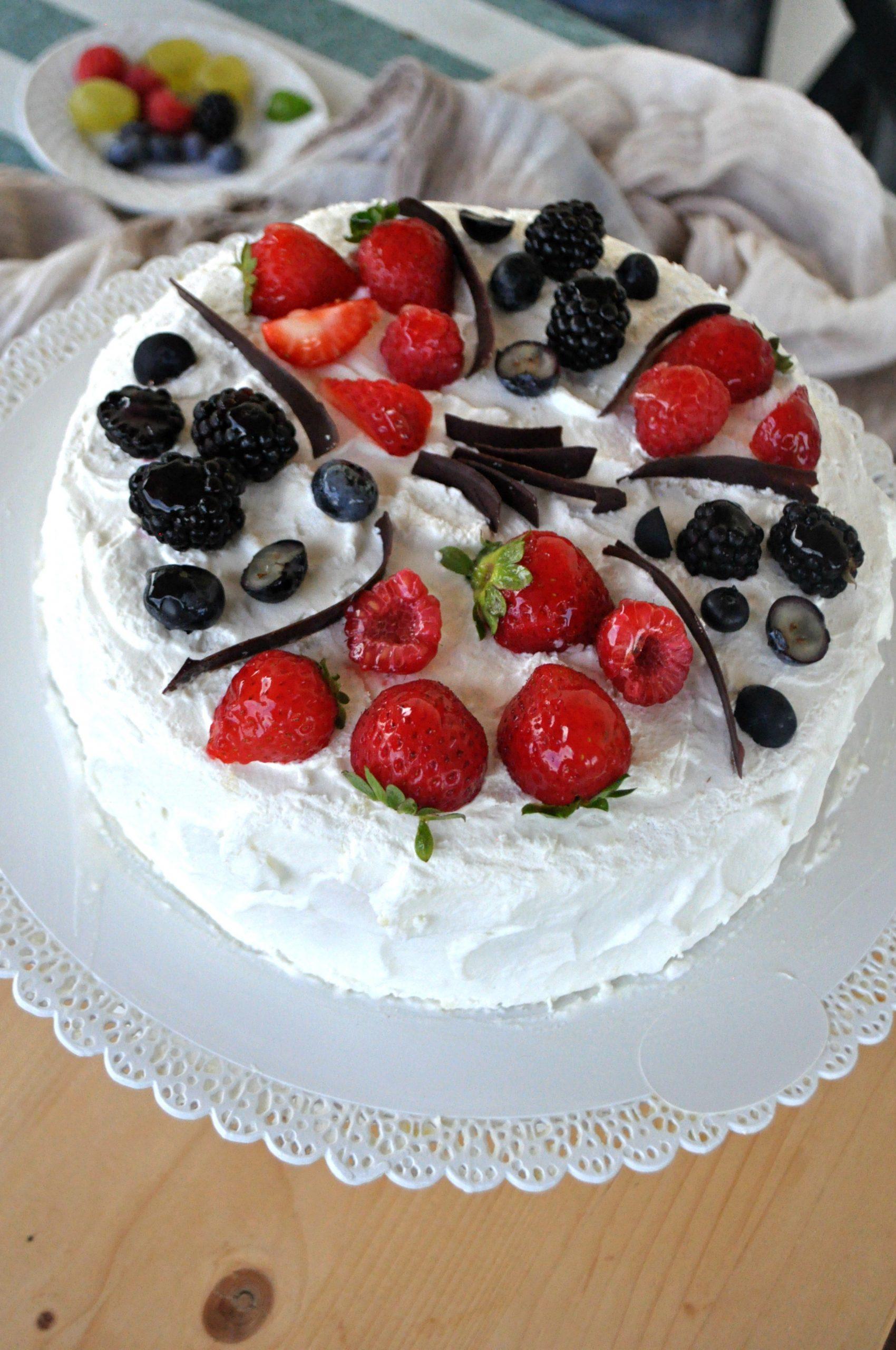 Torta di compleanno cioccolato e frutti