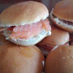 Mini panini al salmone e formaggio
