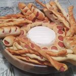 Cestino di pane e wurstel con fonduta di brie