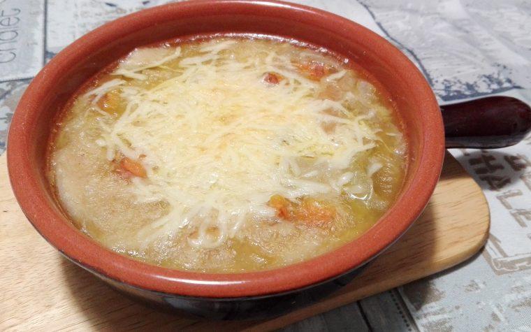 Zuppa di cipolle, carote e pane