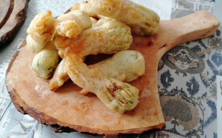 Fiori di zucca ripieni fritti