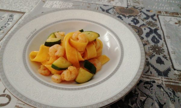 Tagliatelle gamberi e zucchine in rosso