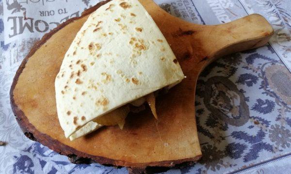 Piadina romagnola salsiccia e cipolla