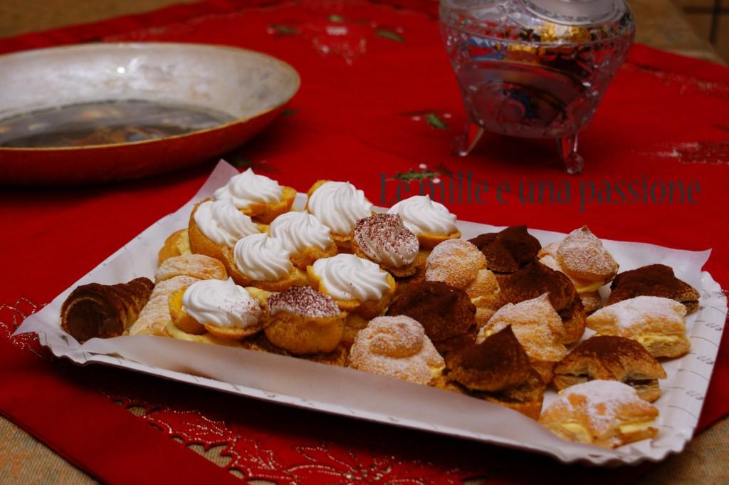 pasticcini vari con crema pasticcera, cioccolato e panna