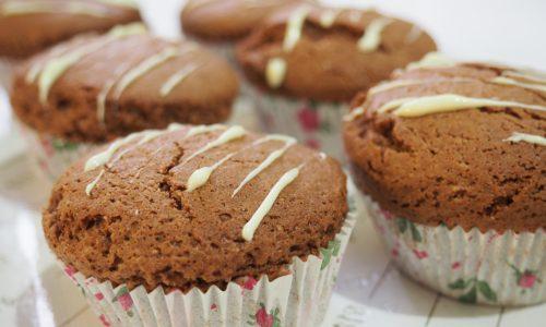 Muffins al cacao con cuore di cioccolato bianco