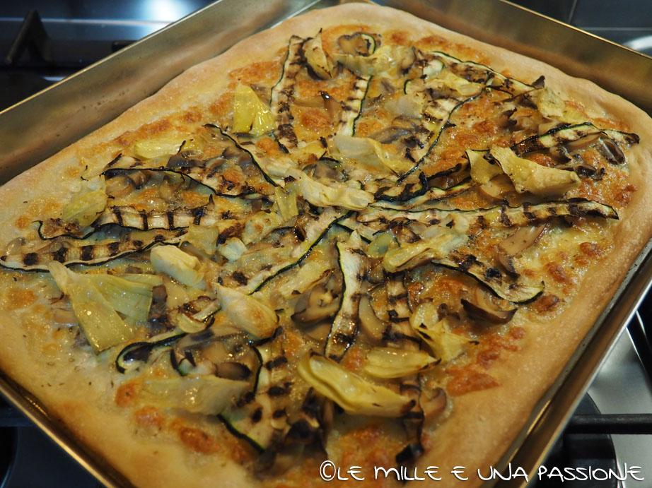 Pizza con zucchine, funghi e carciofi