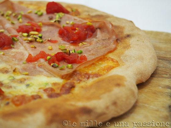 Pizza con mortadella e pistacchi