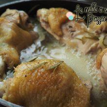 Pollo che sta cucinando in padella