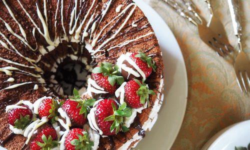 Chiffon cake al cacao con frostig alla vaniglia