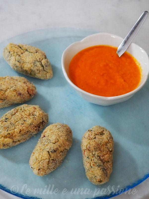 Crocchette di patate con salsiccia e spinaci con salsa di peperoni