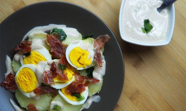 Insalata di patate con uova sode e salsa di yogurt