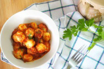 Gnocchi di patate al sugo con tonno e acciughe