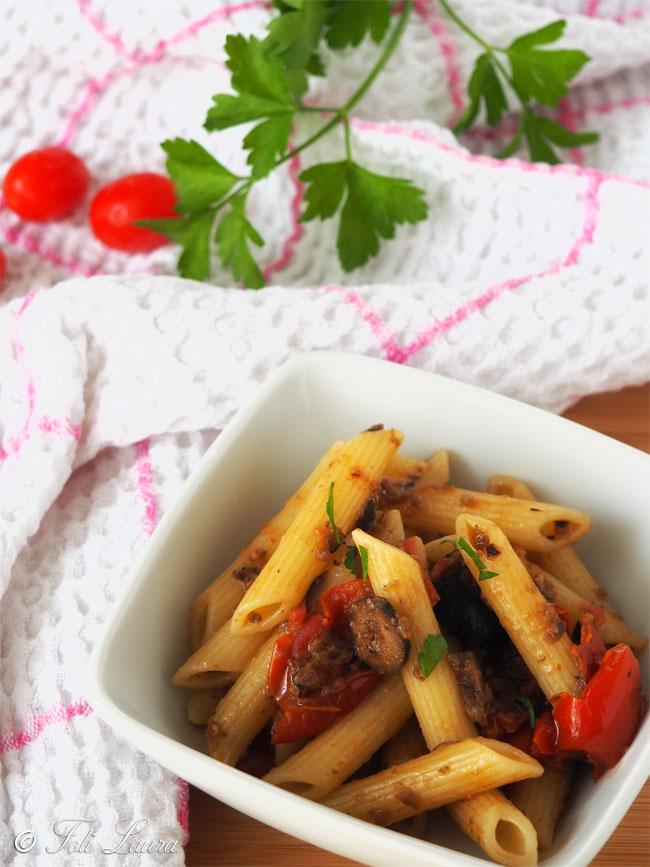Pasta con pomodorini e olive nere