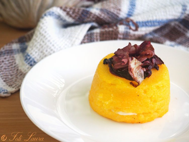 Sformatini di polenta con cacio e radicchio
