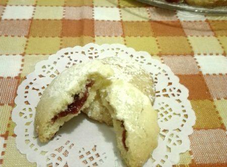 Biscotti morbidi con cuore di marmellata di ciliegie