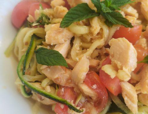 Spaghetti di zucchine con pomodorini e salmone