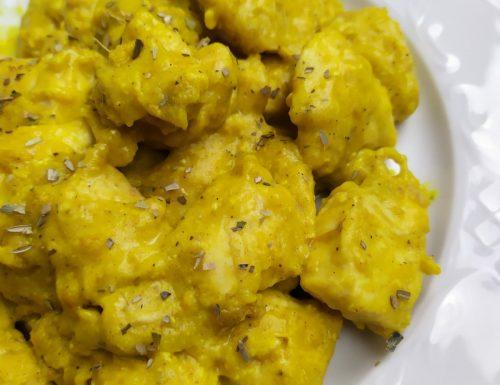 Bocconcini di pollo al curry e yogurt
