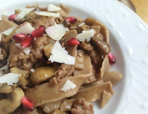 Tagliatelle di castagne con funghi, salsiccia, scaglie di pecorino sardo e melagrana