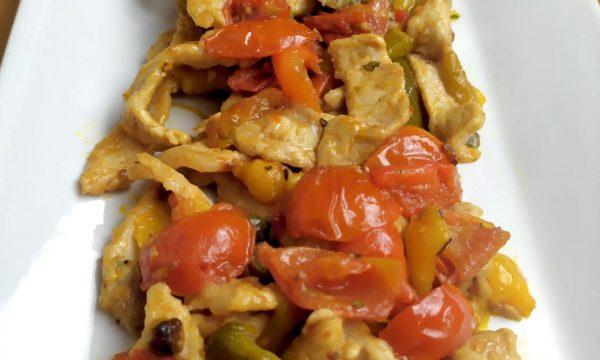 Straccetti di maiale con pomodorini e peperoni