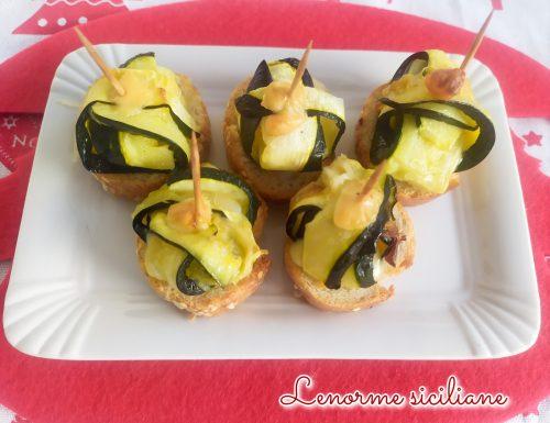 Pacchettini di zucchine su crostini di pane