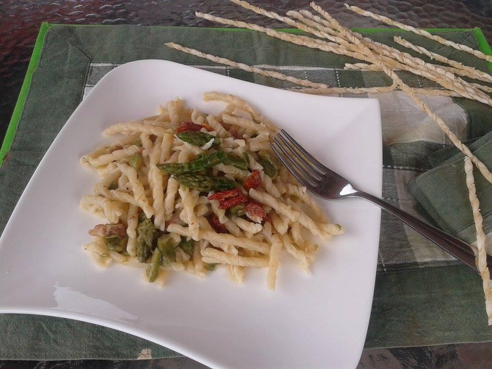 Fusilli napoletani con asparagi e pomodori secchi
