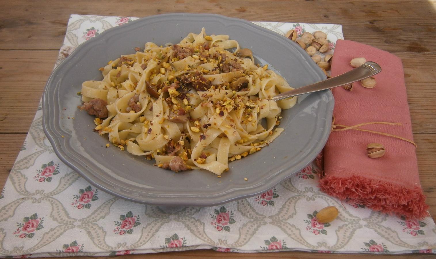 Tagliatelle salsiccia e porcini con granella di pistacchi