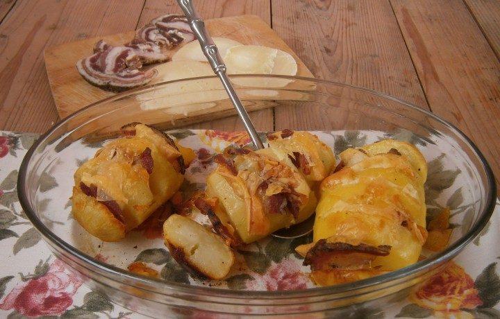 Patate a ventaglio con caciocavallo e pancetta
