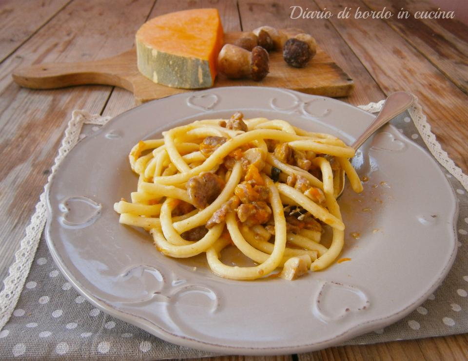 Pasta con zucca salsiccia e funghi