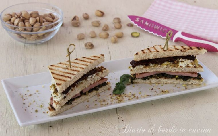 Club sandwich mortadella, pesto di pistacchio e pomodori secchi