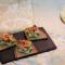 Crostini di pane di segale con crema di zucchine e gamberi