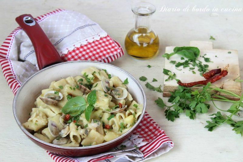 Pasta e patate con lupini o vongole