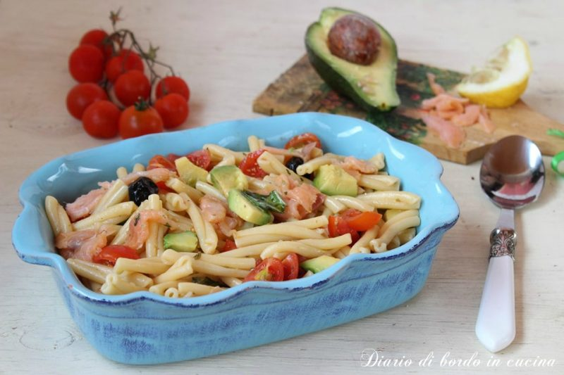 Insalata di pasta con salmone ed avocado