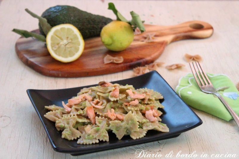 Farfalle integrali con crema di avocado e salmone