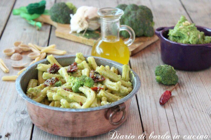 Pasta con pesto di broccoli e pomodori secchi